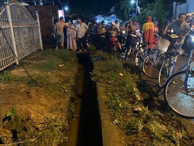 CLIP: Mưa lớn ở Đồng Nai, nước cuốn 1 phụ nữ vào cống mất tích - Ảnh 2.