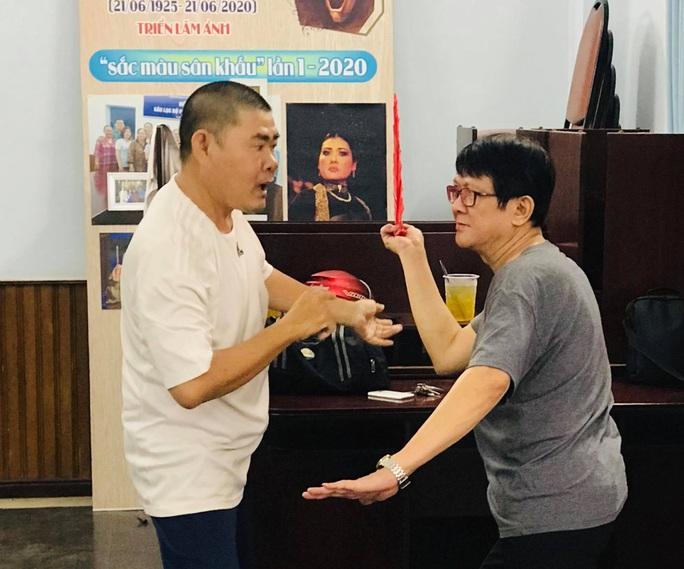 Nghệ sĩ hài Bảo Trí dốc sức với vai diễn lạ tại Liên hoan Sân khấu thủ đô - Ảnh 4.