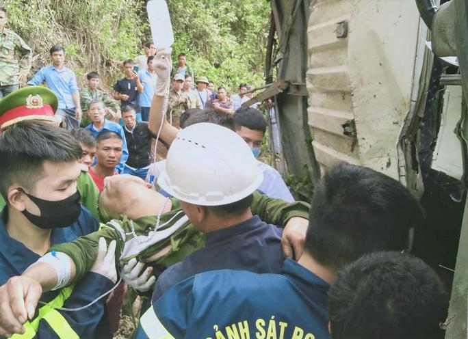 Hàng chục cảnh sát và người dân phá ca-bin, cứu 2 người mắc kẹt trong xe tải lật - Ảnh 2.