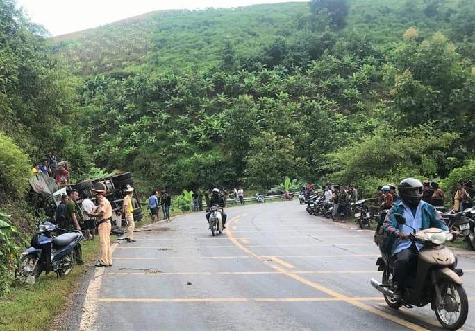 Hàng chục cảnh sát và người dân phá ca-bin, cứu 2 người mắc kẹt trong xe tải lật - Ảnh 1.