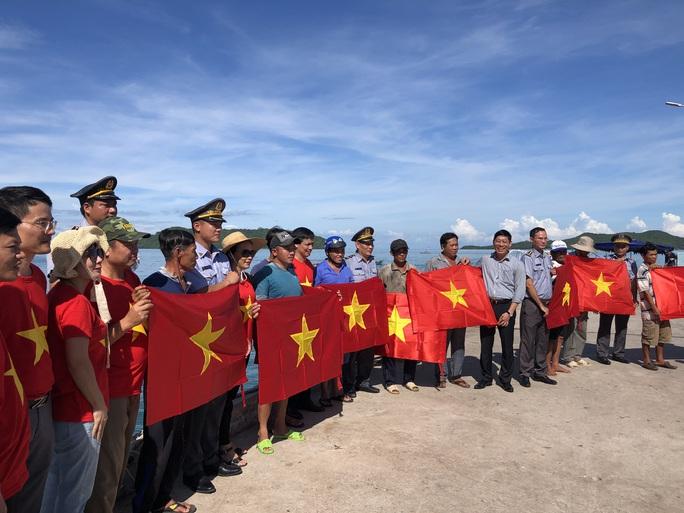 Cờ Tổ quốc đến với ngư dân quần đảo Nam Du - Ảnh 2.