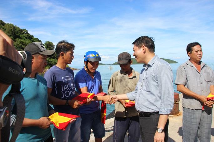 Cờ Tổ quốc đến với ngư dân quần đảo Nam Du - Ảnh 4.