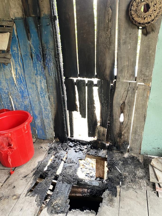 Điều tra nghi án đốt nhà, bỏ thuốc trừ sâu vào lu nước - Ảnh 1.