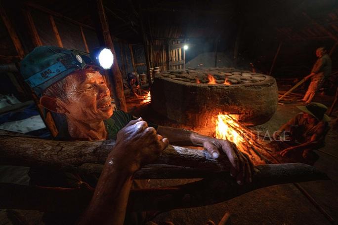 Bộ ảnh Muối hầm Tuyết Diêm của nhiếp ảnh gia Nguyễn Ngọc Hòa đoạt giải đặc biệt - Ảnh 2.