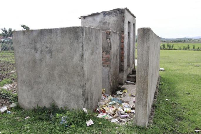 Không có nhà vệ sinh, học sinh phải đi vào bô rồi cô giáo đi đổ nhờ! - Ảnh 3.