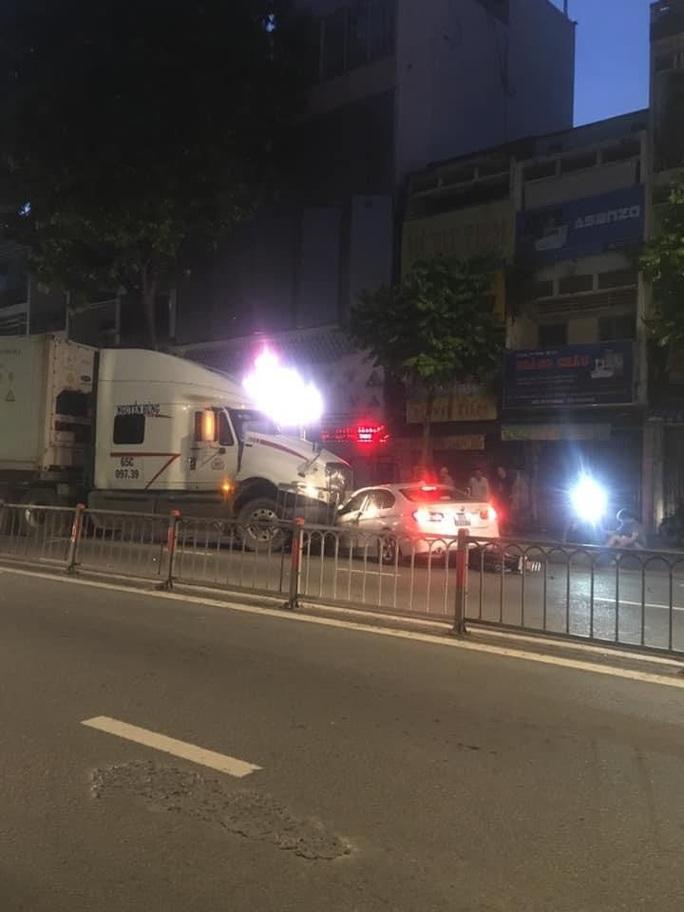 Xe container mất lái trên đường 3 tháng 2, quận 10, tông hàng loạt xe máy và ôtô - Ảnh 2.