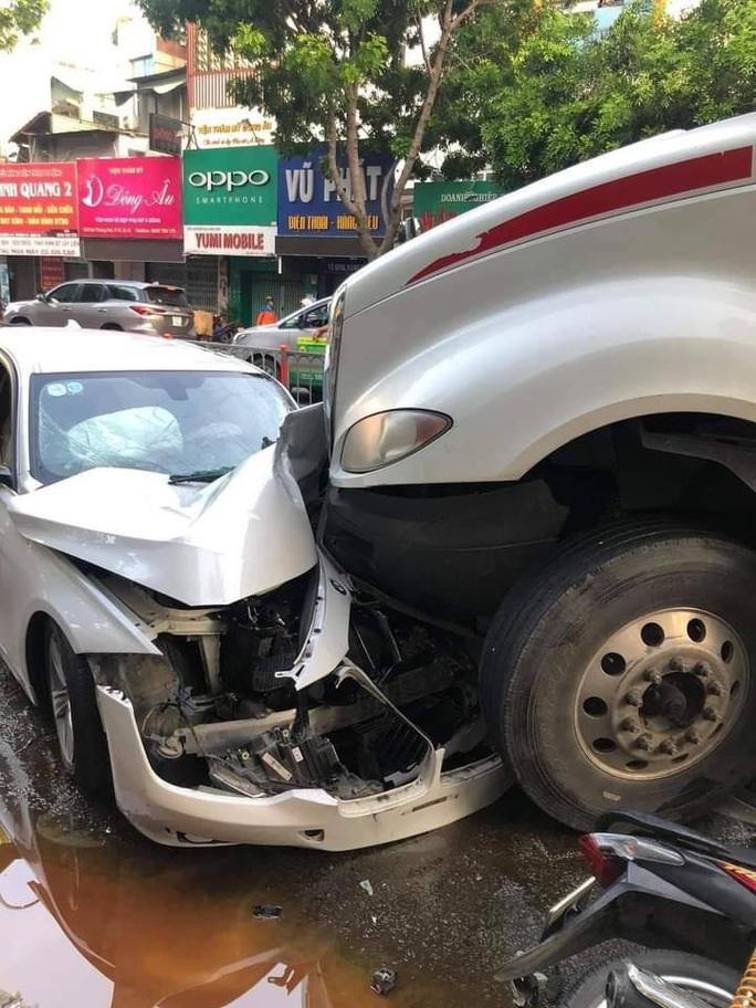 Xe container mất lái trên đường 3 tháng 2, quận 10, tông hàng loạt xe máy và ôtô - Ảnh 3.