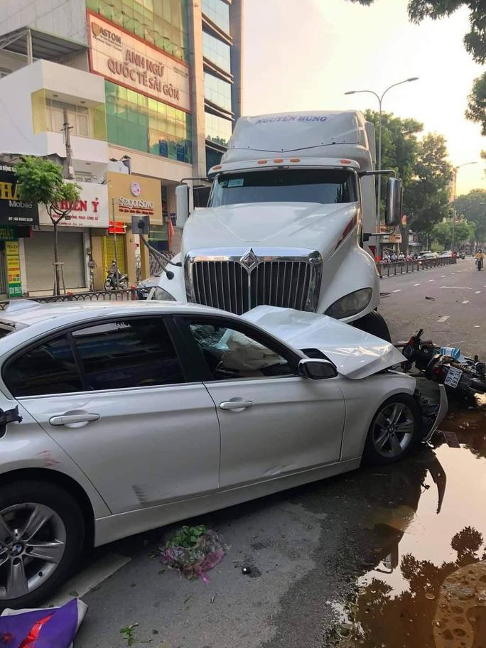 Xe container mất lái trên đường 3 tháng 2, quận 10, tông hàng loạt xe máy và ôtô - Ảnh 4.