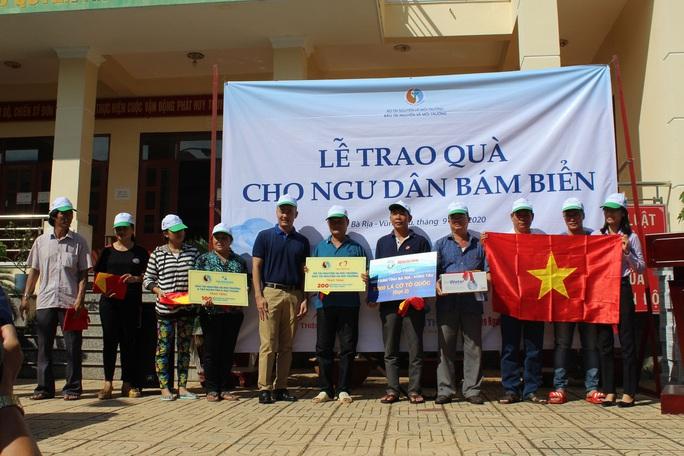 Trao tặng cờ Tổ quốc và quà đến ngư dân ở TP Vũng Tàu - Ảnh 3.