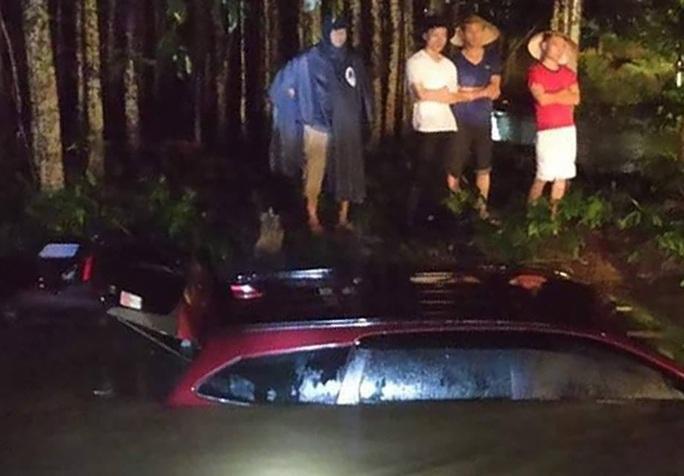 2 mẹ con thoát chết trong ôtô bị nước cuốn ở Đồng Nai - Ảnh 1.