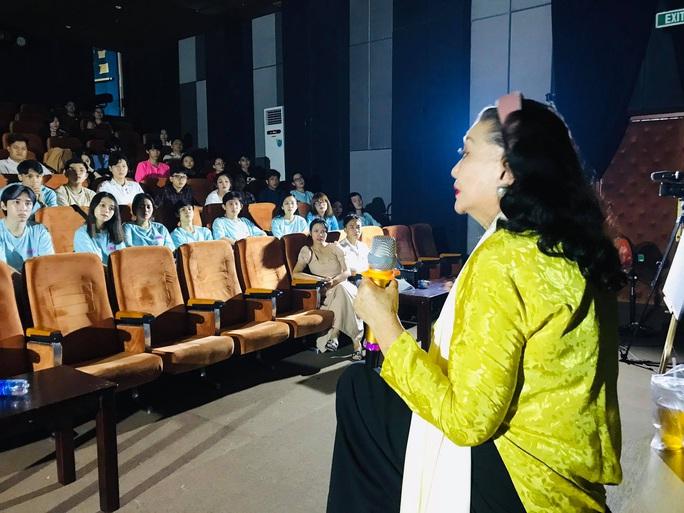 Xem lại Lôi vũ, kỳ nữ Kim Cương ngẫu hứng với vai Thị Bình cùng diễn viên trẻ - Ảnh 2.