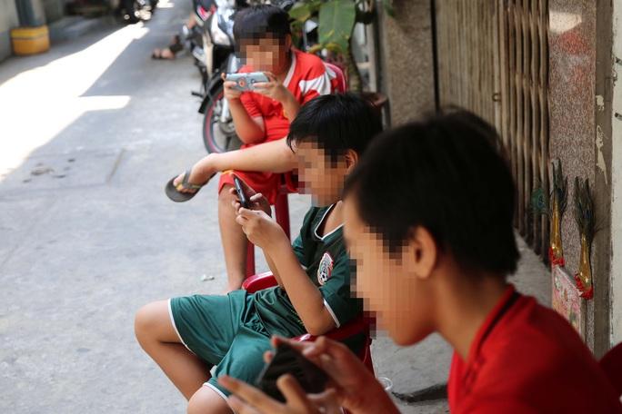 Học sinh dùng điện thoại trong lớp: Được và mất - Ảnh 1.