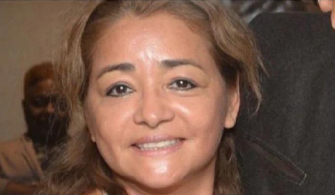 Người phụ nữ lao ra chắn đầu xe hơi đang chạy cứu hai đứa trẻ - Ảnh 1.