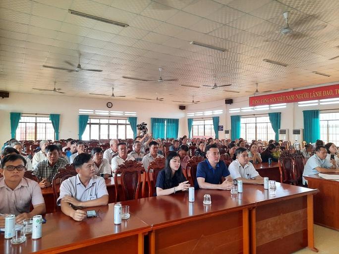 Báo Người Lao Động tặng  cờ Tổ quốc cho ngư dân huyện Đất Đỏ - Ảnh 1.