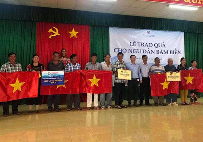 Báo Người Lao Động tặng  cờ Tổ quốc cho ngư dân huyện Đất Đỏ - Ảnh 2.