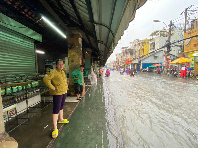 Chợ Thủ Đức bị nước cô lập sau 10 phút xảy ra mưa - Ảnh 7.