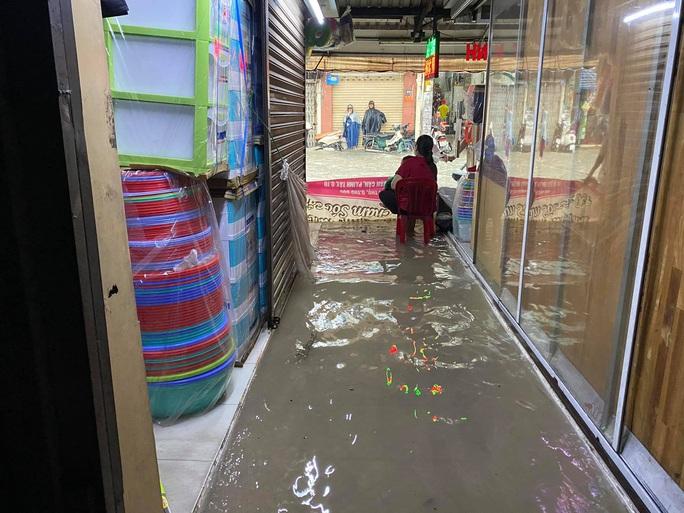Chợ Thủ Đức bị nước cô lập sau 10 phút xảy ra mưa - Ảnh 6.