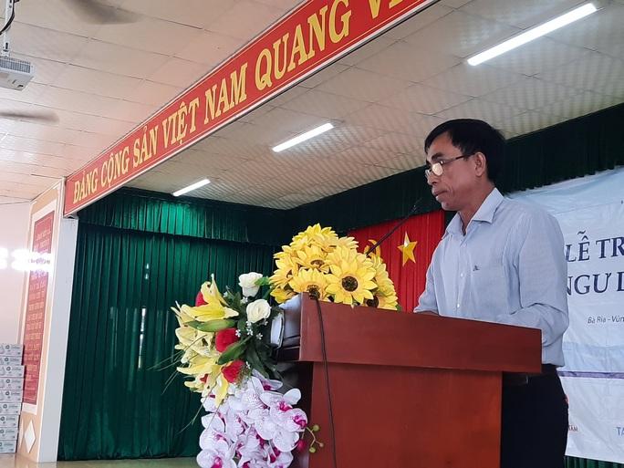 Báo Người Lao Động tặng  cờ Tổ quốc cho ngư dân huyện Đất Đỏ - Ảnh 3.