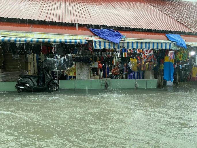 Chợ Thủ Đức bị nước cô lập sau 10 phút xảy ra mưa - Ảnh 5.