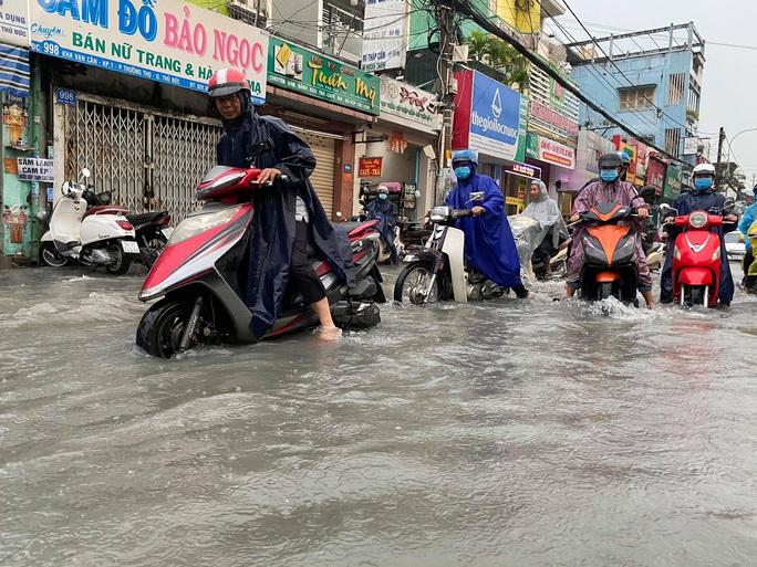 Chợ Thủ Đức bị nước cô lập sau 10 phút xảy ra mưa - Ảnh 3.