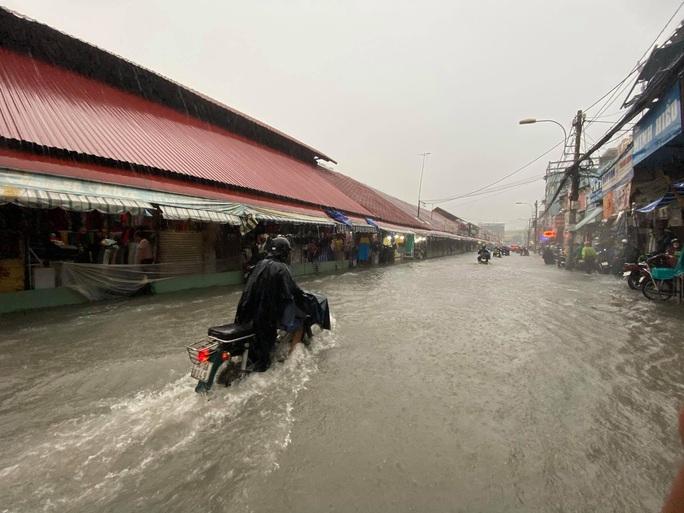Chợ Thủ Đức bị nước cô lập sau 10 phút xảy ra mưa - Ảnh 1.