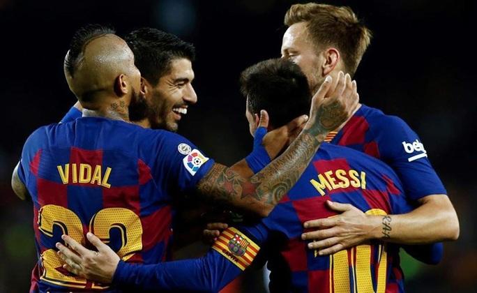 Tượng đài Barcelona rung lắc - Ảnh 1.