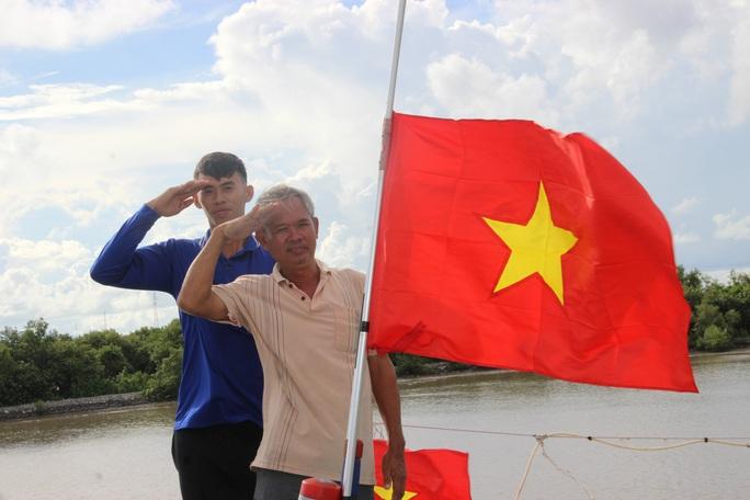Trao 2.000 lá cờ Tổ quốc cho ngư dân huyện An Minh - Ảnh 7.