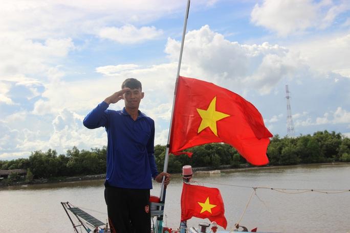 Trao 2.000 lá cờ Tổ quốc cho ngư dân huyện An Minh - Ảnh 9.