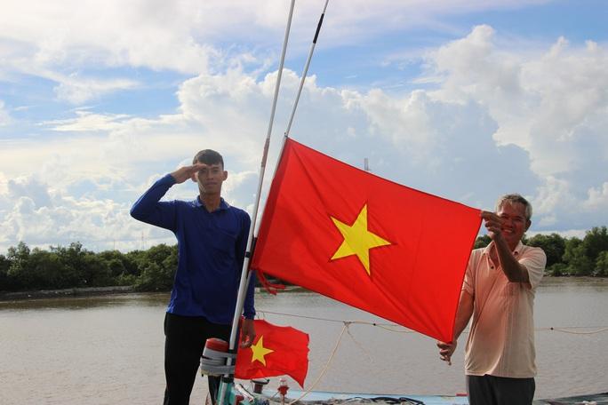Trao 2.000 lá cờ Tổ quốc cho ngư dân huyện An Minh - Ảnh 8.