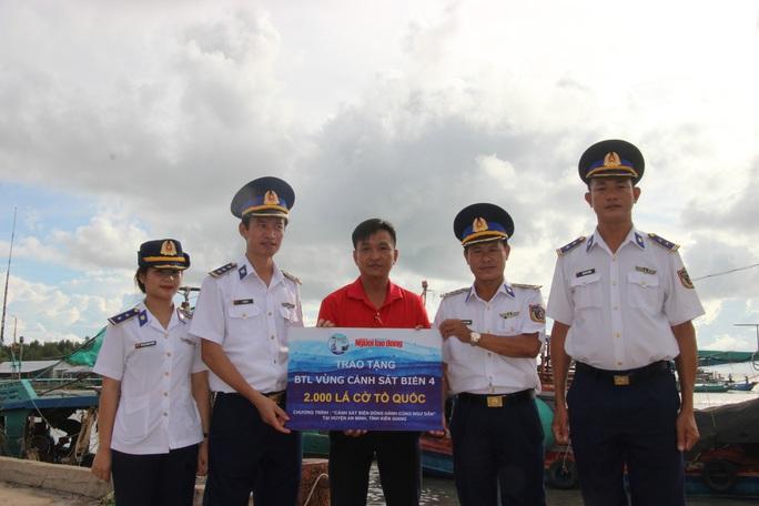 Trao 2.000 lá cờ Tổ quốc cho ngư dân huyện An Minh - Ảnh 1.