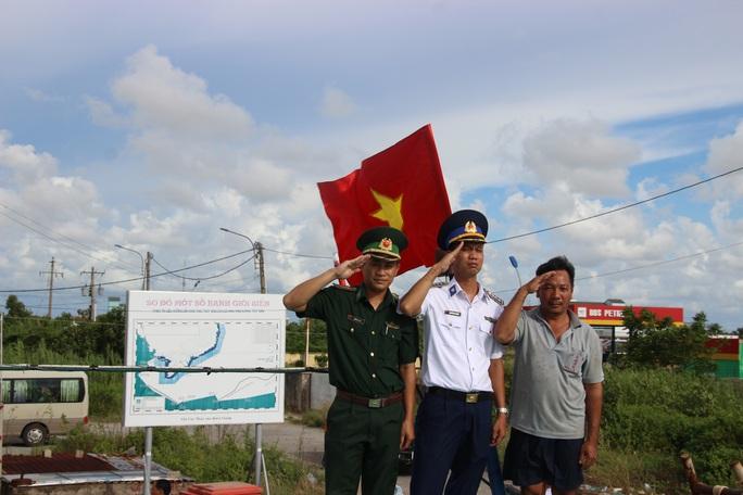 Trao 2.000 lá cờ Tổ quốc cho ngư dân huyện An Minh - Ảnh 4.