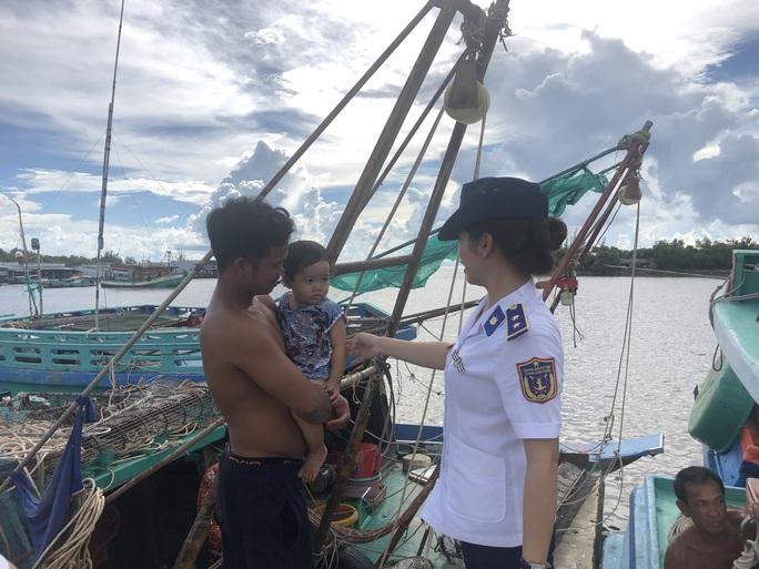 Trao 2.000 lá cờ Tổ quốc cho ngư dân huyện An Minh - Ảnh 11.