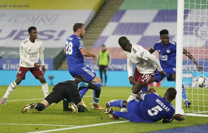 Arsenal hạ gục chủ nhà Leicester bằng bàn đá phản League Cup - Ảnh 2.