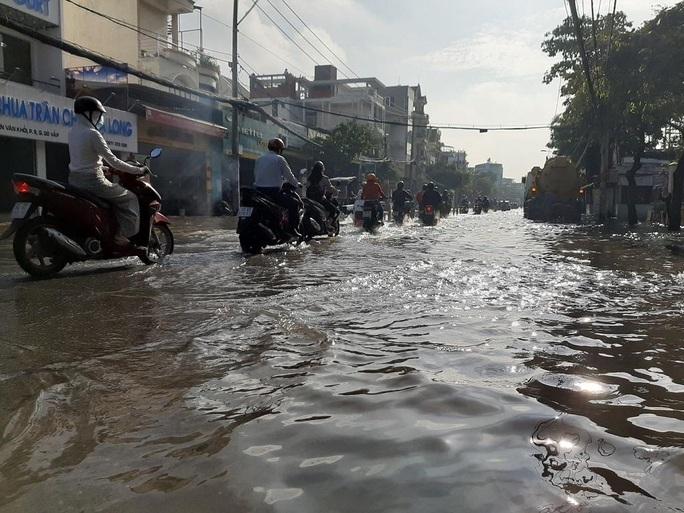 Chợ Thủ Đức bị nước cô lập sau 10 phút xảy ra mưa - Ảnh 4.
