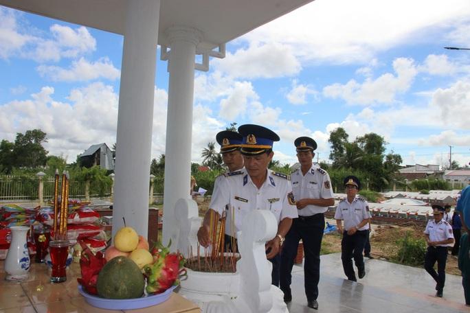 Trao 2.000 lá cờ Tổ quốc cho ngư dân huyện An Minh - Ảnh 12.