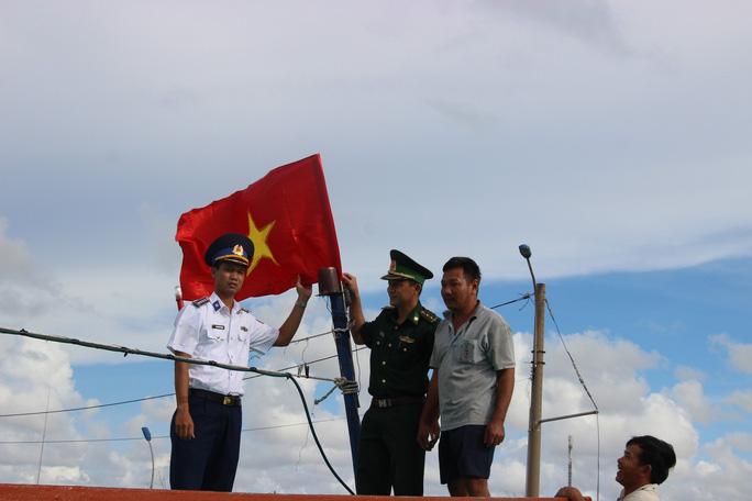 Trao 2.000 lá cờ Tổ quốc cho ngư dân huyện An Minh - Ảnh 3.