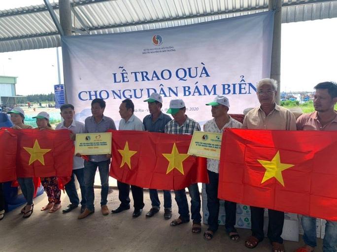 Trao cờ Tổ quốc cho ngư dân tại huyện Xuyên Mộc - Ảnh 3.