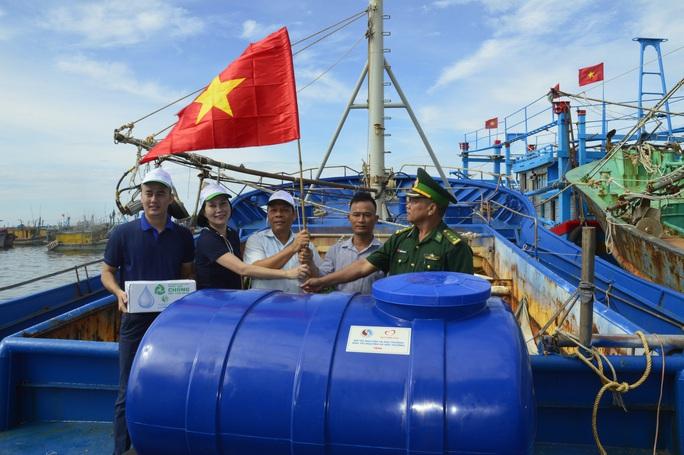 Trao cờ Tổ quốc cho ngư dân tại huyện Xuyên Mộc - Ảnh 1.