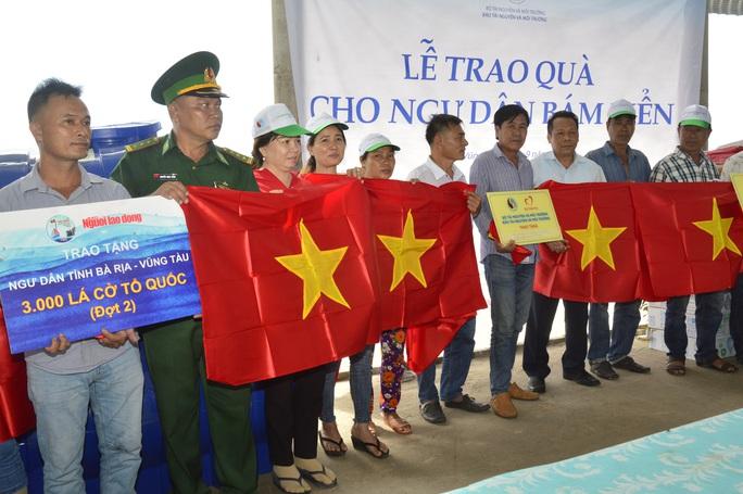 Trao cờ Tổ quốc cho ngư dân tại huyện Xuyên Mộc - Ảnh 2.
