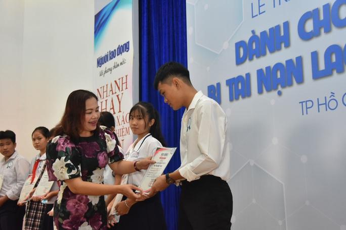 Ấm áp lễ trao học bổng Báo Người Lao Động cho con công nhân - Ảnh 3.