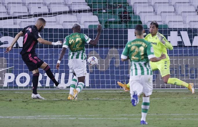 Trung vệ thép Ramos lập công, Real Madrid thoát hiểm trên sân Betis - Ảnh 5.