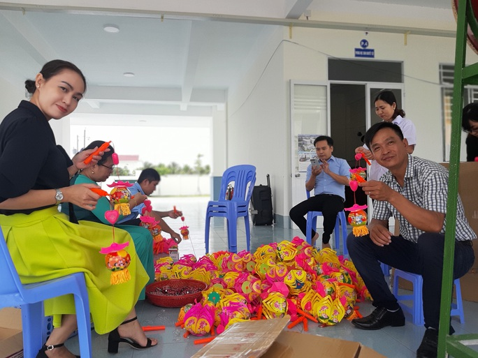 Báo Người Lao Động trao 285 phần quà trung thu cho trẻ em nghèo Cần Thơ - Ảnh 1.