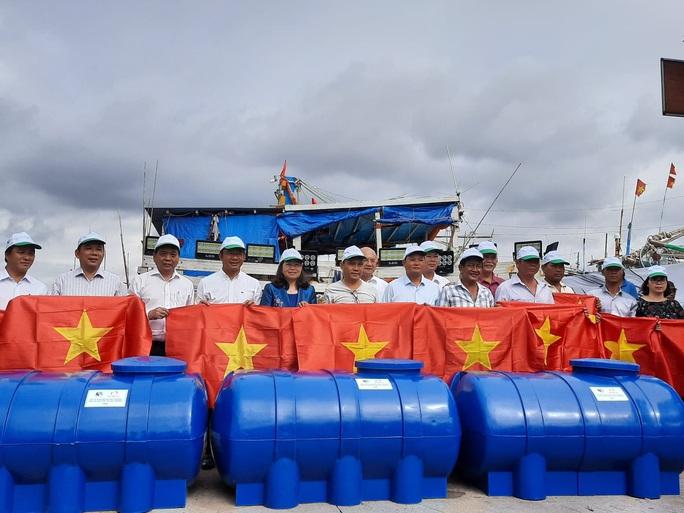 Cờ Tổ quốc đến với ngư dân huyện Long Điền - Ảnh 1.