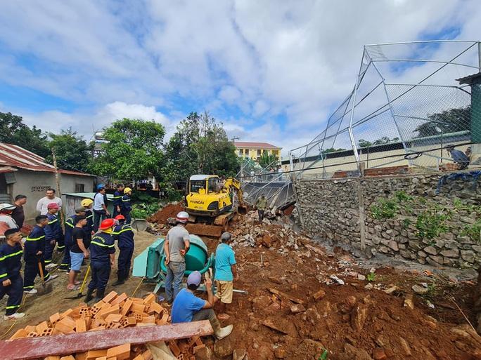 Sập bờ kè của Phòng Cảnh sát giao thông, 1 người bị vùi lấp tử vong - Ảnh 3.