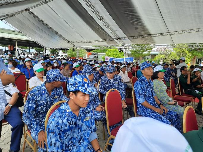 Cờ Tổ quốc đến với ngư dân huyện Long Điền - Ảnh 3.