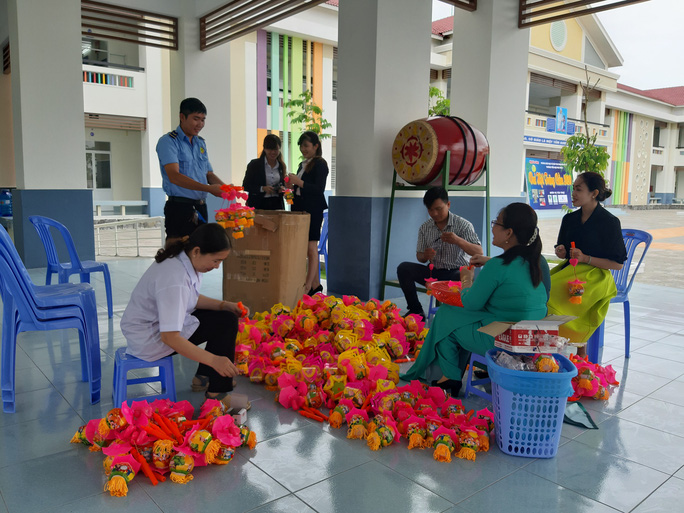 Báo Người Lao Động trao 285 phần quà trung thu cho trẻ em nghèo Cần Thơ - Ảnh 3.