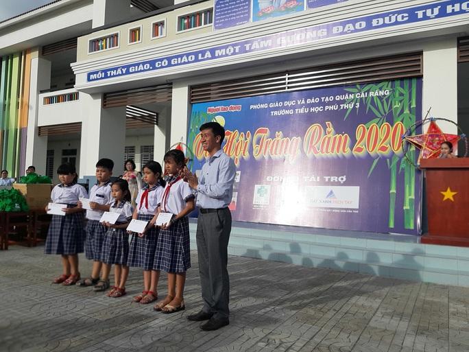 Báo Người Lao Động trao 285 phần quà trung thu cho trẻ em nghèo Cần Thơ - Ảnh 17.