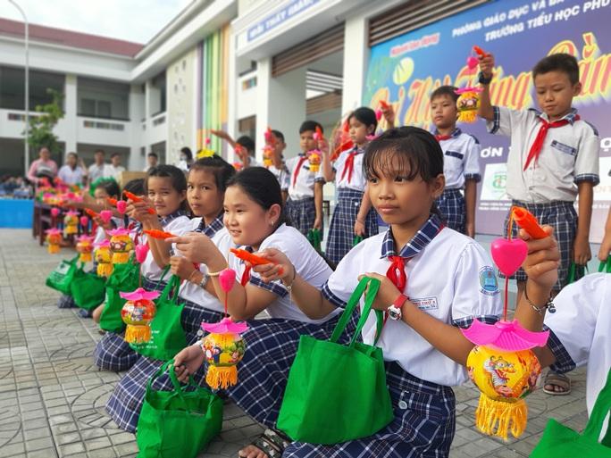 Báo Người Lao Động trao 285 phần quà trung thu cho trẻ em nghèo Cần Thơ - Ảnh 23.