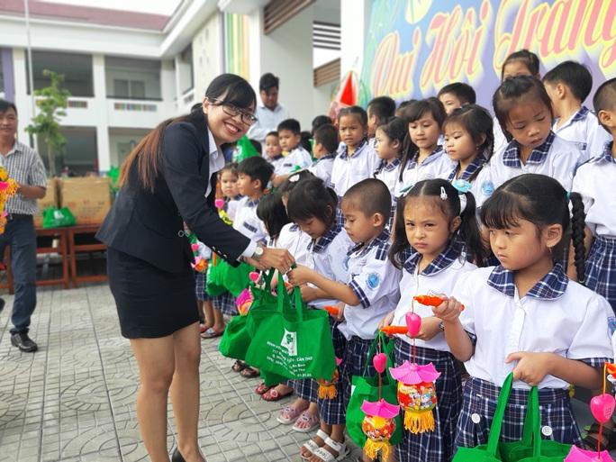 Báo Người Lao Động trao 285 phần quà trung thu cho trẻ em nghèo Cần Thơ - Ảnh 28.