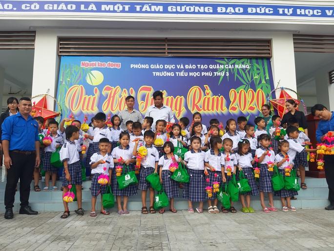 Báo Người Lao Động trao 285 phần quà trung thu cho trẻ em nghèo Cần Thơ - Ảnh 29.
